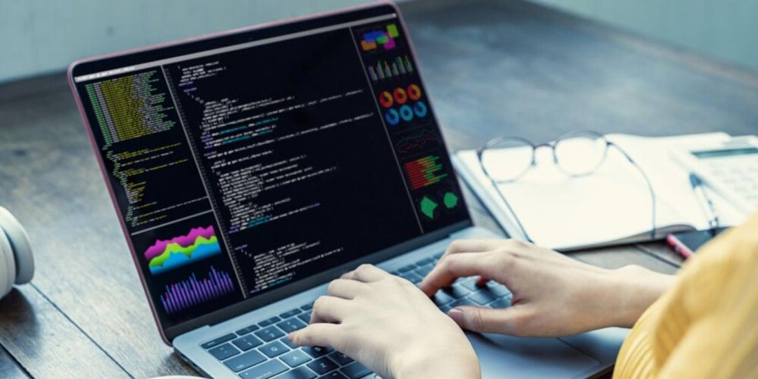Persona utilizando Python, el lenguaje de programación más usado en Data Science