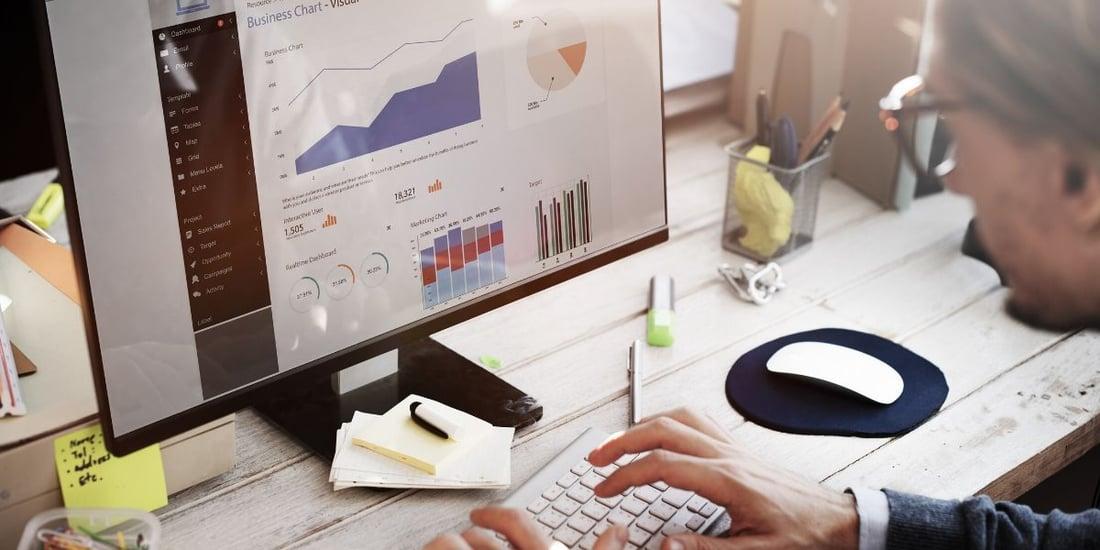 Persona en su casa trabajando en el área de Data Science de múltiples empresas.