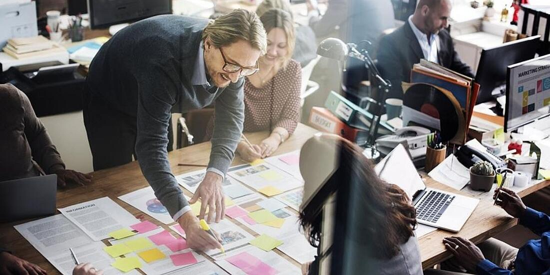 Diseñadores  UX UI trabajando en equipo para elaborar ideas
